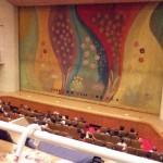 会場は二階席もあり、900人も収容する立派な場所だ