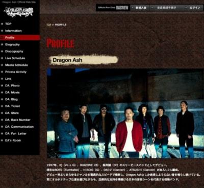 右から3番目がIKUZONE。1997年、Kj(Vo + G)、IKUZONE(B)、桜井誠(Dr)のスリーピースバンドとしてデビュー。 現在はBOTS(Turntable)、HIROKI(G)、DRI-V(Dancer)、ATSUSHI(Dancer)が加入し7人編成