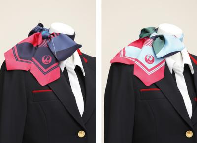 「鶴丸」が描かれたスカーフ 。左が一般客室乗務員で、右がインチャージ