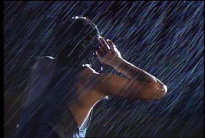 雨のなか歌い続ける昭和40年生まれのミュージシャン・尾崎豊。 (c)BEATCHILD1987 製作委員会