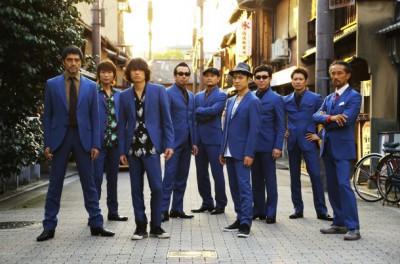 写真右から2番目が東京スカパラダイスオーケストラでパーカッションを叩く大森はじめだ
