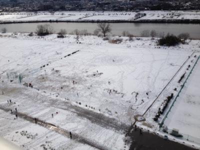 小さくてよくわからないかもしれないが、たくさんの子供たちが雪遊びに興じている