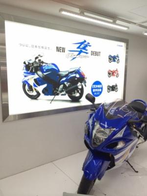 駅構内に設置されたスズキのブースには、堂々とバイクが展示されている。もちろんクルマもあって、大ヒットのハスラーが誇らしげだった