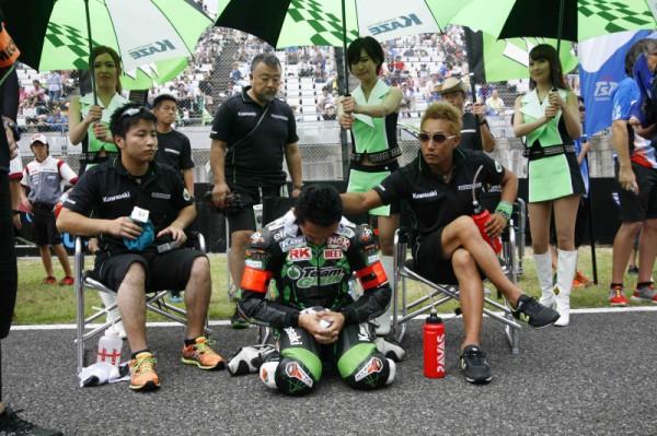 レース直前、集中力を高める『チームグリーン』のエース、柳川明選手を見守る、左が渡辺一樹選手。右はナイスガイ、藤原克明選手だ。この後、雨によってまさかのスタート遅れとなり、柳川選手は1時間以上待たされることになってしまった