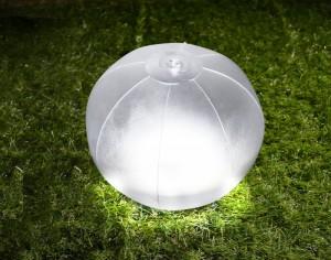 ビーチボール型のソーラーLEDランタン_ホワイト