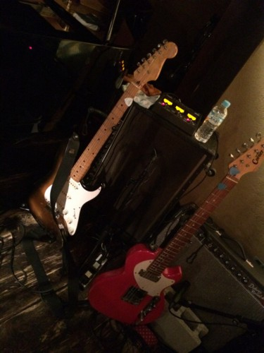 昨日の相棒はコイツだ。高校の入学祝いに買ってもらった、フェルナンデスのコピーモデルで、もう35年近い付き合いとなる。隣の赤いギターは一緒に弾いた先輩のハンドメイドギター