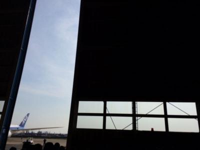 フレームに収まらない高さの格納庫のトビラが、こんな感じに少しずつ開いていくのに大興奮の僕だった