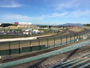 最初の写真と似てる(!?)けど、こっちはシケインから最終コーナーへと向かうスリリングな場所だ