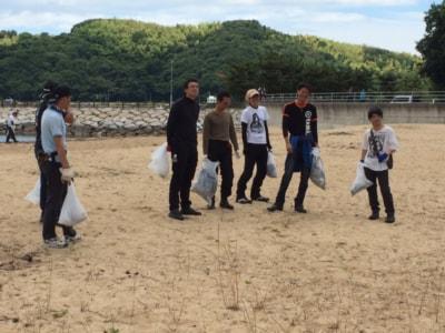 6月に愛媛県の弓削島で行なった清掃活動のワンシーン