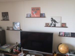 こっちは我が家のリビングルームの壁。尊敬するマスターと一緒なのがチョッピリうれしい