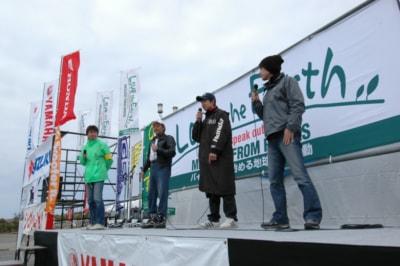 一番向こうがまた41歳の僕だ。ちなみに手前からタメ年のレーサー、鶴田竜二さん、その向こうが16歳の高橋選手、そして僕の兄貴分のバイク乗り佐藤シンヤさんだ