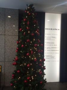 我が社のエントランスにあるツリー。12月を彩ってくれたが明日までか…