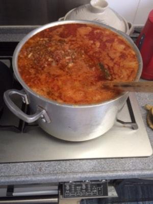 見よ、この寸胴を。材料をすべてぶち込んだ直後でサラッとしたスープの状態。ここから約20時間かけて2/3に煮詰めた