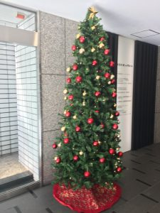 我が社のエントランスに飾られたツリー。コイツが外される日にバカ騒ぎするのだ