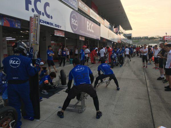 ライダーたちの走行が終わると急の練習を繰り返す。チームが一丸となって勝利を目指す