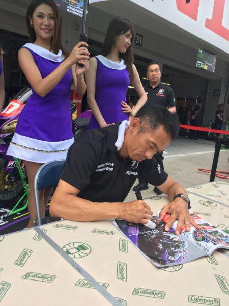 同じく去年仕事をご一緒したチームグリーンの柳川選手は、阪神ライディングスクールチームより参戦。昨日の転倒が心配れたが、今日のピットウォークでは元気な姿を見せて安心させてくれた