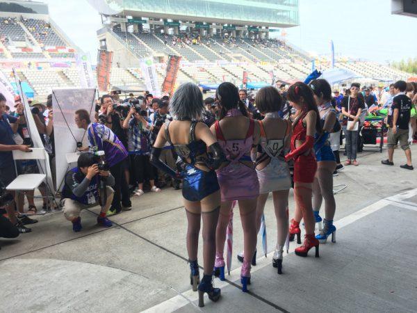 タメ年の鶴田竜二さんが率いるチームのレースクイーン、エヴァギャルがピットウォークでは一番人気