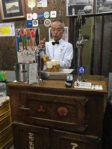 シャイなみなさんは、広島の名店『ビールスタンド重富』で5時からビールを2杯ひっかけて(1人2杯まで)勢いをつければいい。遠方者もここは絶対に訪れた方がいい。ただし土曜日だから4時半くらいから並ぶことを勧める