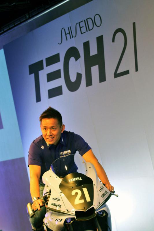 中須賀克行選手とTECH21バージョンのYZF-R1