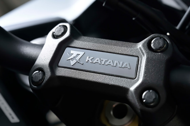 スズキ 新型KATANAのハンドルバークランプに入ったカタナのロゴ