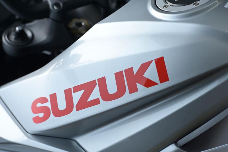 スズキ 新型KATANAのタンクに入ったSUZUKIの文字